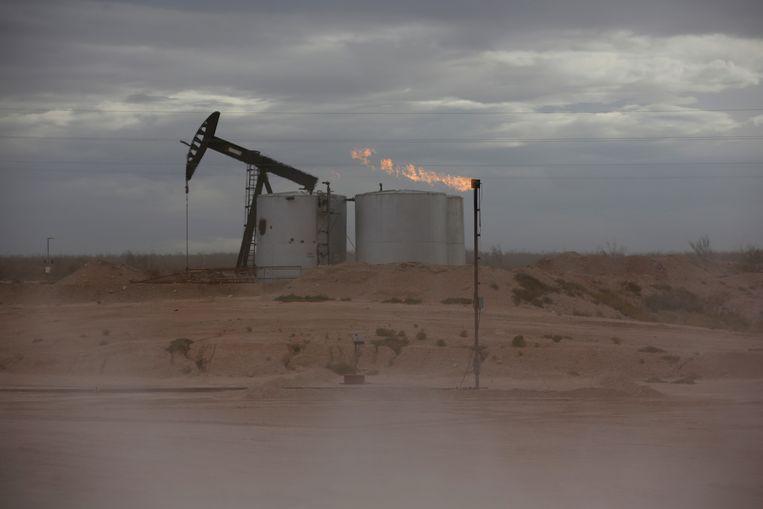 Zand blaast over het olieveld in het Permian Basin in Texas.  Beeld Reuters