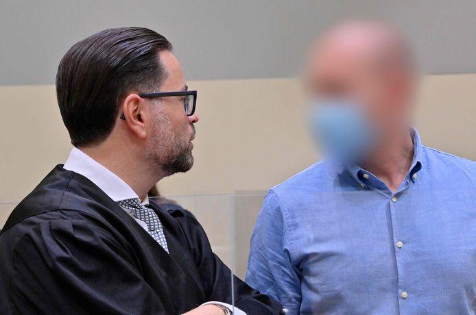 Mark Schmidt (rechts) tijdens een rechtszaak.