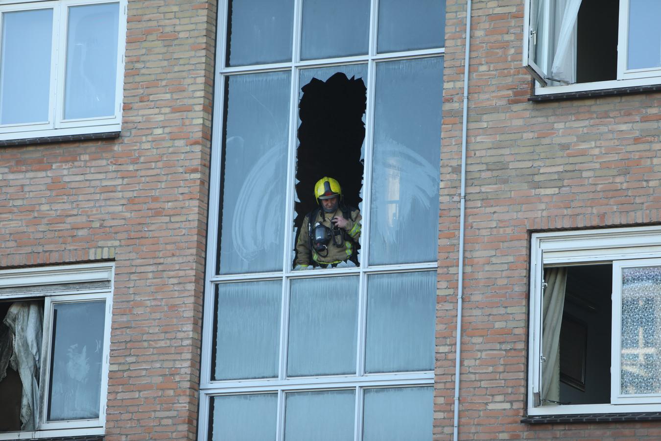 Brand in een flat aan de Leyweg. Er werden meerdere mensen naar het ziekenhuis gebracht.