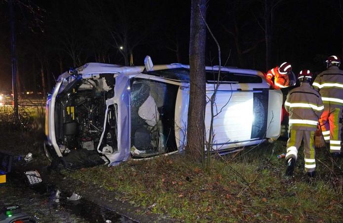 De auto raakte flink beschadigd door het ongeluk.