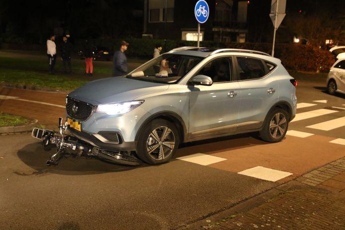 De fietser werd aangereden toen hij overstak op de Schaapweg in Rijswijk.
