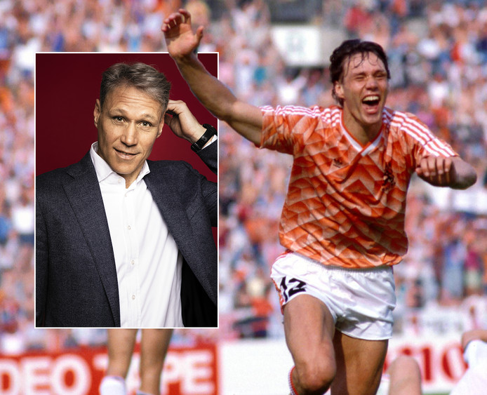 Marco van Basten Holland na één van zijn drie goals tegen Engeland bij het EK van 1988.