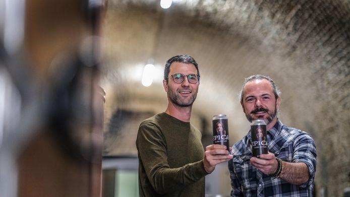 Woordvoerder Pieter Verdonck van de Ieperse stadsbrouwerij Kazematten klinkt met gitarist Isaac Delahaye op het nieuwe bier