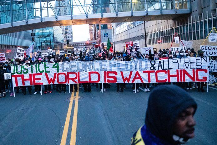 Demonstranten voor het gerechtsgebouw in Minneapolis.