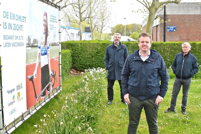 Centrumleider van het Izegemse vaccinatiecentrum Anton Jacobus, de Izegemse burgemeester Bert Maertens en Diederik Pattyn.