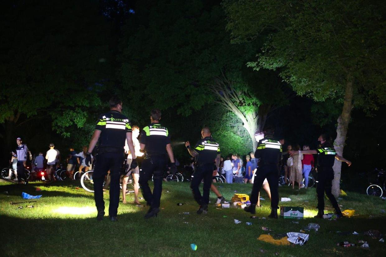 De politie maakt een einde aan een feest bij de Zuiderplas in Den Bosch.  Beeld Hollandse Hoogte / Bart Meesters