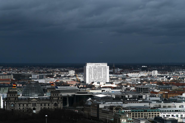 Het Charité ziekenhuis valt op in de bescheiden Berlijnse skyline.