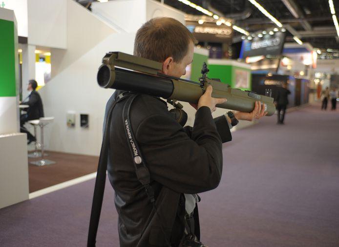 Een bezoeker van de defensie- en beveiligingsbeurs Eurosatory in Villepinte (bij Parijs), vorig jaar juni.