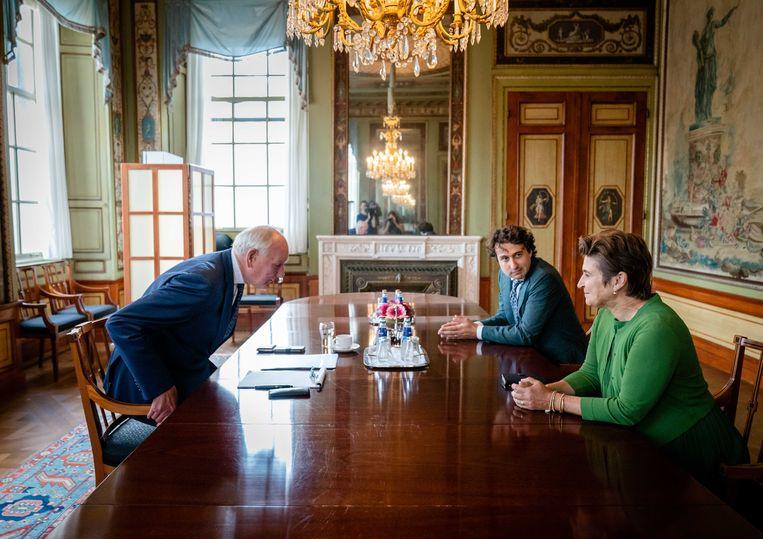 Lilianne Ploumen (Pvda) en Jesse Klaver (Groenlinks) voorafgaand aan een gesprek met informateur Johan Remkes in de Stadhouderskamer. Beeld ANP