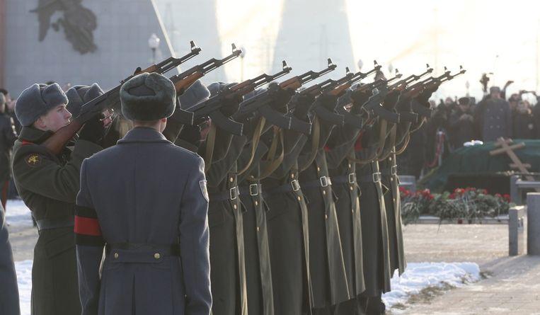 De bedenker van de AK-47, Michail Kalasjnikov, werd vandaag begraven. Tijdens de begrafenis werden saluutschoten afgevuurd. Op de foto:<br />Saluutschoten voor Michail Kalasjnikov met het wapen dat hij zelf bedacht. Beeld epa