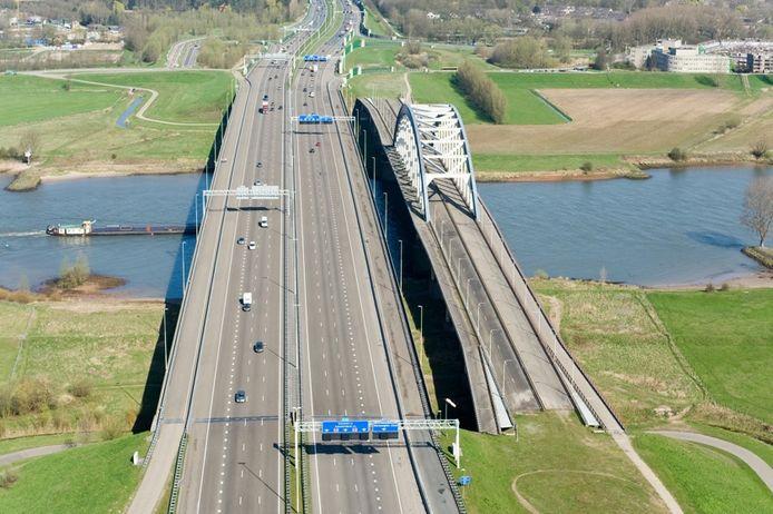 De oude boogburg Vianen ligt al jaren werkloos naast de nieuwe Jan Blankenbrug over de Lek tussen Vianen en Nieuwegein.