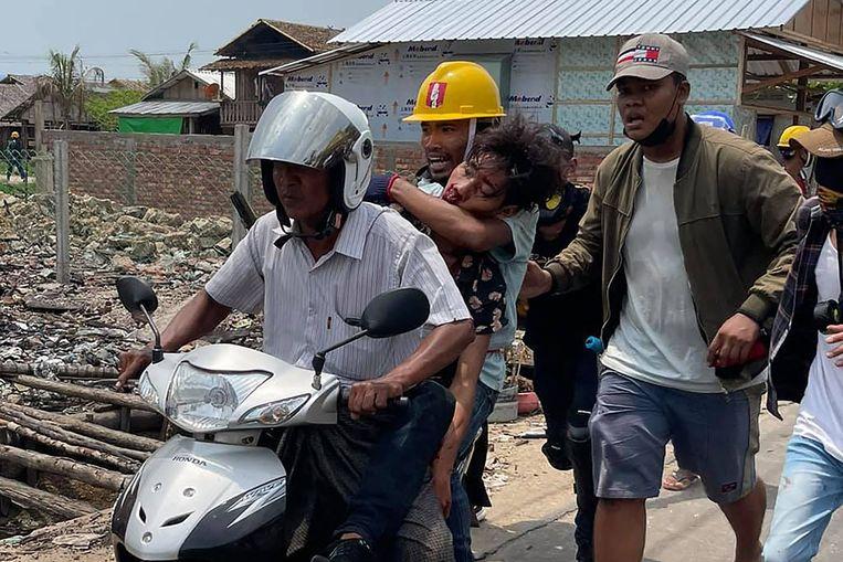 Een gewonde demonstrant in Myeik wordt weggevoerd.  Beeld Dawei Watch / AFP