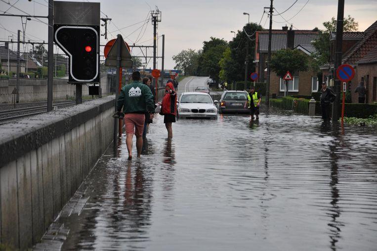 In de Spoorweglaan in Aalter stond het water zo hoog dat twee auto's beschadigd raakten en stil vielen.