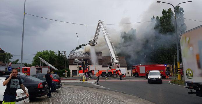 De brandweer gaat het vuur met man en macht te lijf.