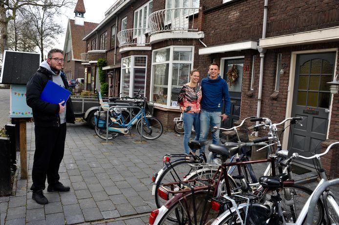 Kernbewoners Chris en Caroline van Dijke bij de woongroep van Time Inn uit de Bosboom Toussaintstraat. Bestuurslid Timon Fieggen (links) gaat die rol vervullen voor de derde locatie, in het timmerbedrijf op het achtergelegen binnenterrein.