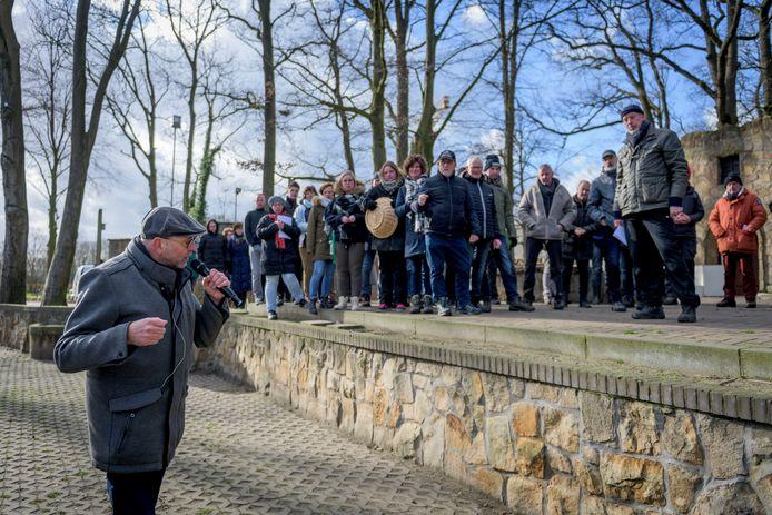 Repetitie Passiespelen in openluchttheater Hertme. regisseur Jos Brummelhuis geeft aanwijzingen.