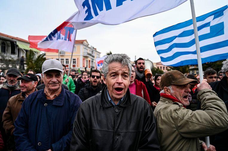 Demonstranten protesteren tegen een nieuw kamp voor migranten. Beeld AFP