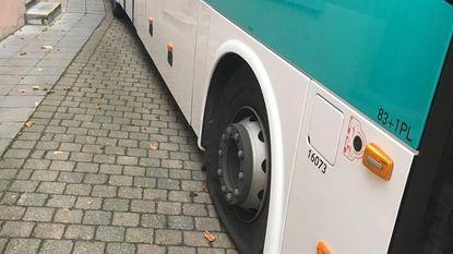 Vandalen steken banden schoolbus kapot