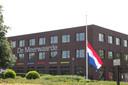 De vlag op de middelbare school van Sven hangt half stok