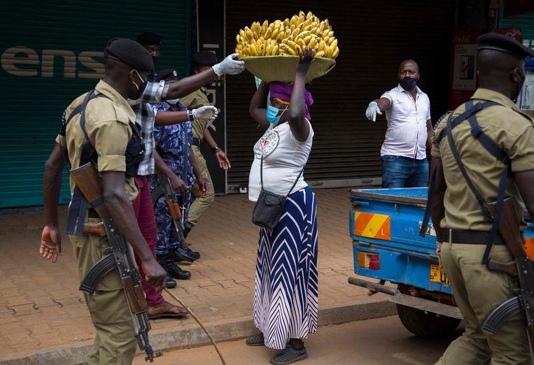 Een vrouw wordt gearresteerd omdat ze zich niet aan de strenge lockdownregels houdt. Beeld AFP