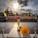 20180709 - Roosendaal - Foto: Tonny Presser/Pix4Profs -  Voorstellen ploegen en officiele opening op Kadeplein van 35ste Nationale Jeugdronde. FOTO: bekers & renners staan gereed.
