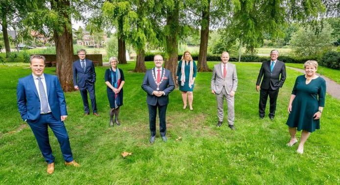 Het college van West Betuwe, rechtsachter staat wethouder Govert van Bezooijen
