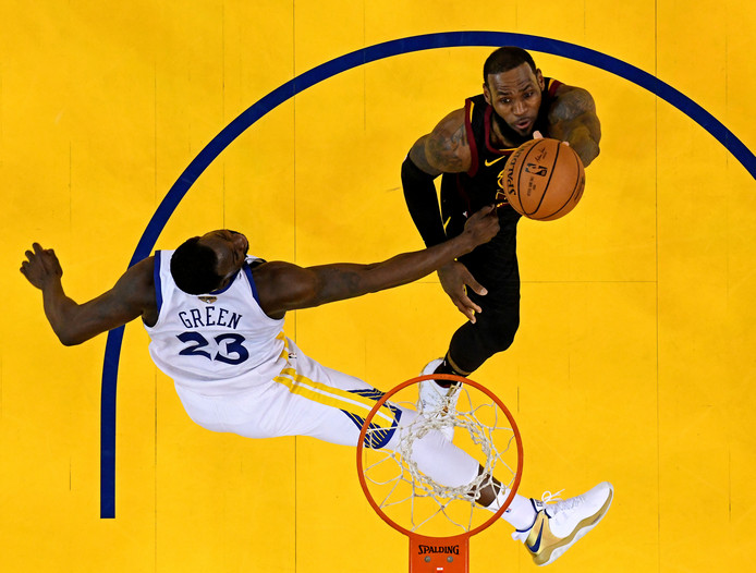 Draymond Green van Golden State Warriors kan een score van LeBron James niet voorkomen.
