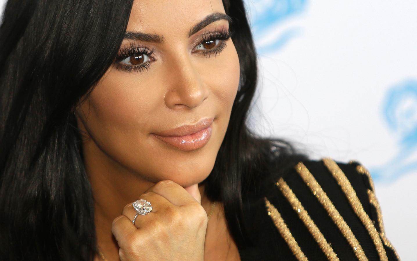 Kim Kardashian in 2015, met een peperdure ring om haar vinger.