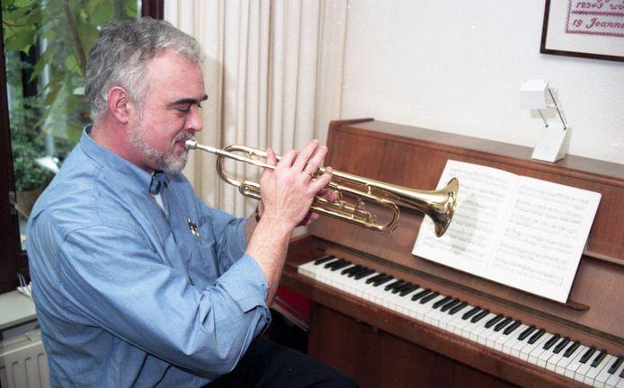 """Eddy Meijers in 1994, hij dirigeerde toen 20 jaar Koninklijke Harmonie Sint Cecilia. Een orkest is als een letterbak, vertelde hij. ,,Ieder lid zit in een apart vakje met een eigen gebruiksaanwijzing."""" Als dirigent moest hij muzikanten op één lijn krijgen."""