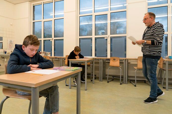 Pim (links) en Lucas zijn de enige twee in de klas van meester Christian van den Bosch van groep 7 van 't Talent in Schijndel. Emma en Jan volgen de les live via videoverbinding.