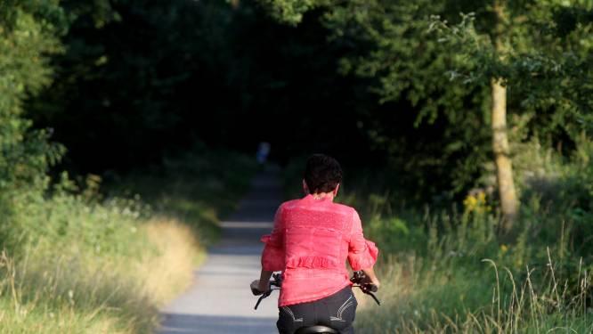 Bromfietsers nemen de vlucht nadat fietsster (22) door hen ten val komt