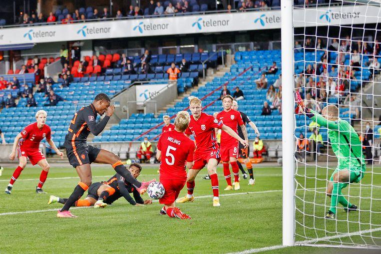Denzel Dumfries was in de slotseconden dichtbij de winnende goal, maar doelman Hansen wist de bal te stoppen. Beeld Pro Shots / Stanley Gontha