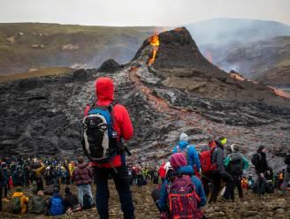 IN BEELD. Toeschouwers vergapen zich aan vulkaanspektakel, wetenschappers bakken worstjes op de lava