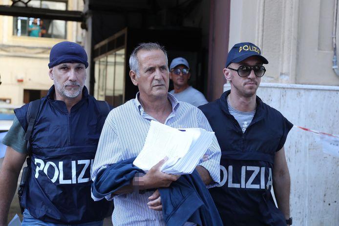 Twee Italiaanse politiemensen arresteren een maffiabaas in Palermo.