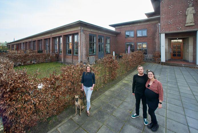 Het appartementencomplex Oude LTS aan de Spoorlaan te Veghel. Op de foto vlnr. bewoners Inge, Bart en Rowie.