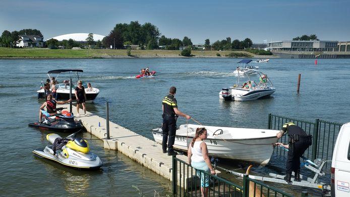 De politie haalt zwemmers uit de Oude Tol.