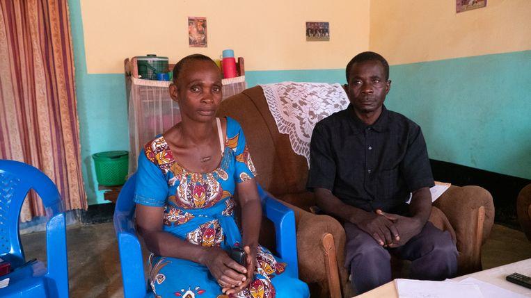 Stéphanie Kabazo en haar man, de ouders van Kati die op 14-jarige leeftijd omkwam door een stuk rondvliegend puin.  Beeld Sarah Haaij