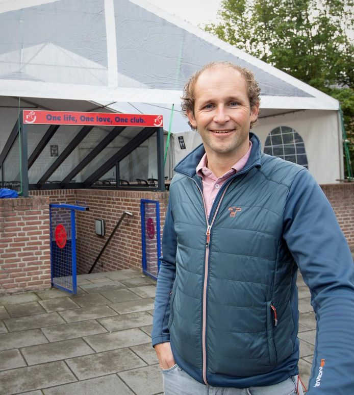 Bestuurslid Dennis Pronk (41) is benoemd tot lid van verdienste van vv Hellendoorn.