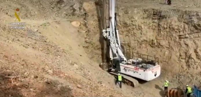 De grondboor waarmee de schacht wordt gegraven die toegang moet geven tot de plek waar Julen al een week opgesloten zou zitten.