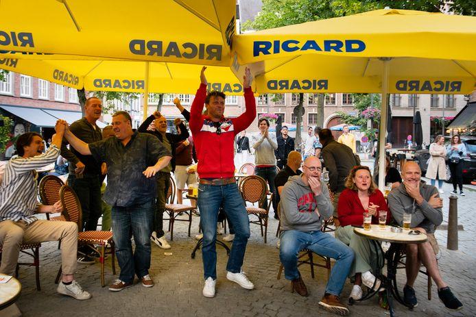 In Café Corso op de Vrijdagmarkt ging het er al iets uitbundiger aan toe, maar nog niet te vergelijken met de sfeer van het WK op de Vrijdagmarkt in 2018.