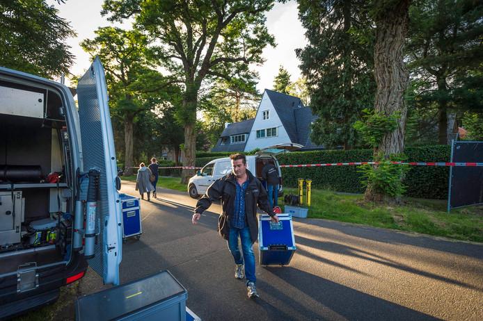 Leden van het Landelijk Video Reconstructie Team in Bilthoven. De politie doet een reconstructie van de moordzaak op de Nederlandse ondernemer Koen Everink.
