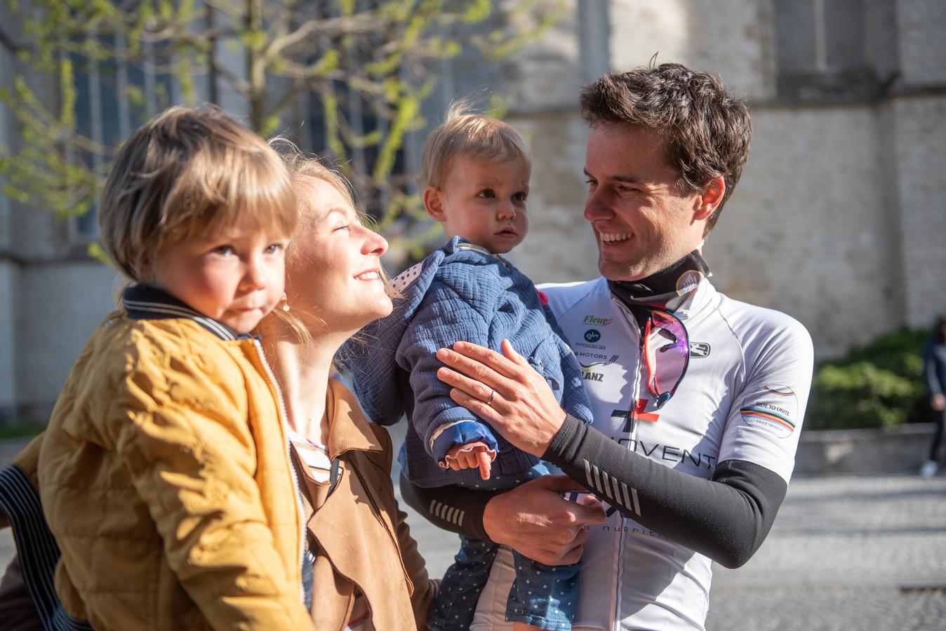 Minne kwam haar papa nog even succes wensen bij de start. Ook echtgenote Charlotte en zoontje Felix kwamen de vrienden uitwuiven.