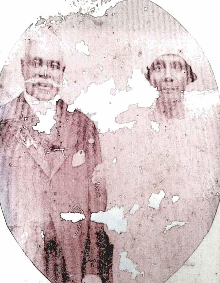 Huwelijksfoto van het echtpaar Dirk Andreas Ralf en Hendrina Heirath. 1894, privé verzameling. Beeld Museum Van Loon
