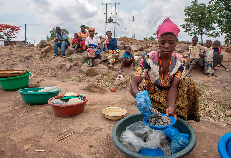 Ook in 2017 was er in Malawi een vampierjacht gaande. Jamiya Bauleni, hier op de foto, vertelde toen dat haar bloed was afgetapt door zo'n vampier. Het bijgeloof in heksen, tovenaars en vampiers is stevig verankerd op het platteland van Malawi. Beeld AFP
