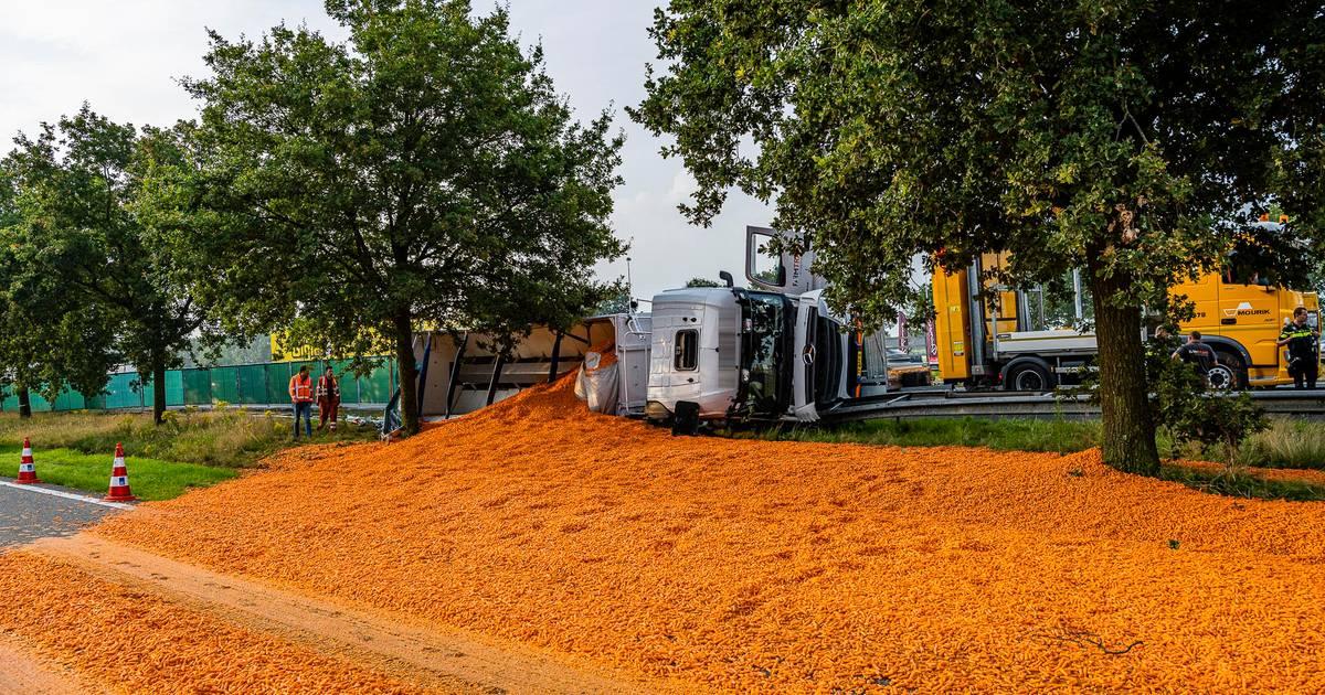 Vrachtwagen met wortels gekanteld op A58 bij Bavel, rijstrook dicht.