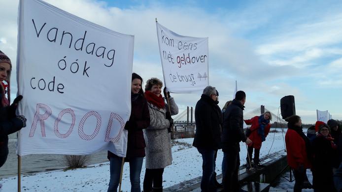 Basisschoolleraren voeren actie voor meer salaris en minder werkdruk, zo ook dinsdagochtend in Zaltbommel.