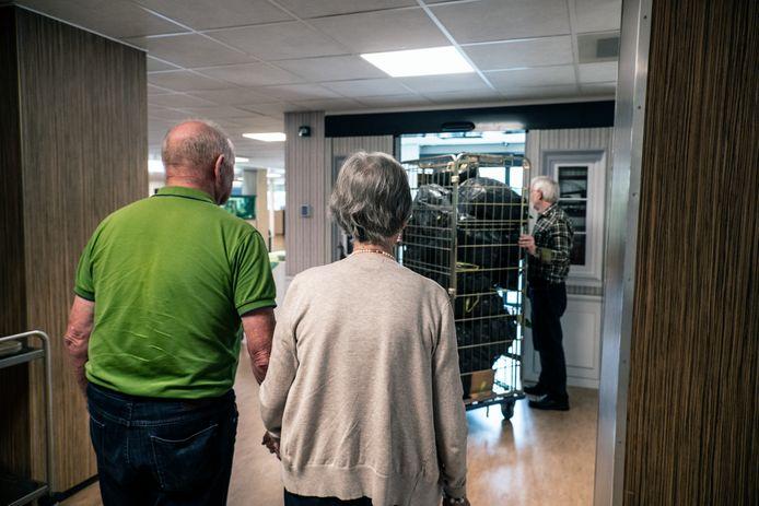 René Bruins en zijn vrouw lopen achter de waskar naar buiten, zonder dat ze de code van de deur hoeven in te toetsen. Niemand die vragen stelt.