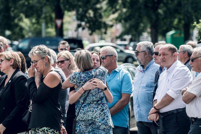 Beringen in rouw.  1 minuut stilte in het brandweerkorps van Heusden-Zolder.  Mensen zoeken troost bij elkaar.