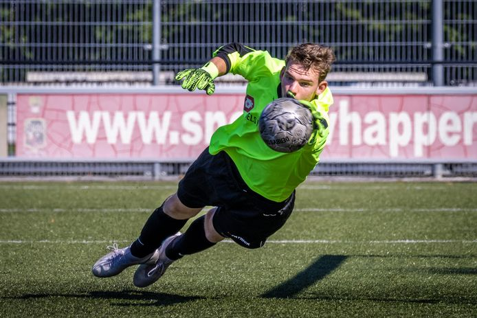 Excelsior Zetten_VVOB. Daan Woudenberg stopt een schot op zijn doel.