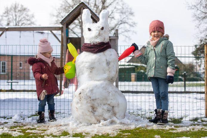 Lummens gezinnetje viert de witte paasvakantie mét een paashaas in sneeuwvorm.